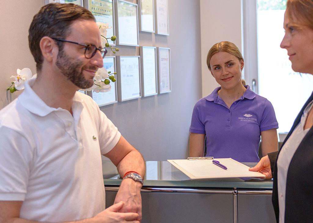 Freundlicher Empfang im MEDICAL SKIN CENTER einer Patientin